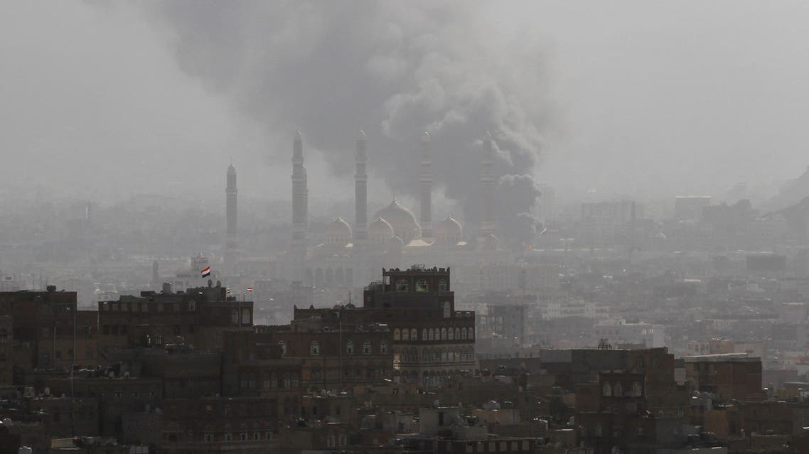 Smoke rises during the battle between former Yemeni President Ali Abdullah Saleh's supporters and the Houthi fighters in Sanaa, Yemen December 2, 2017. REUTERS/Mohamed al-Sayaghi