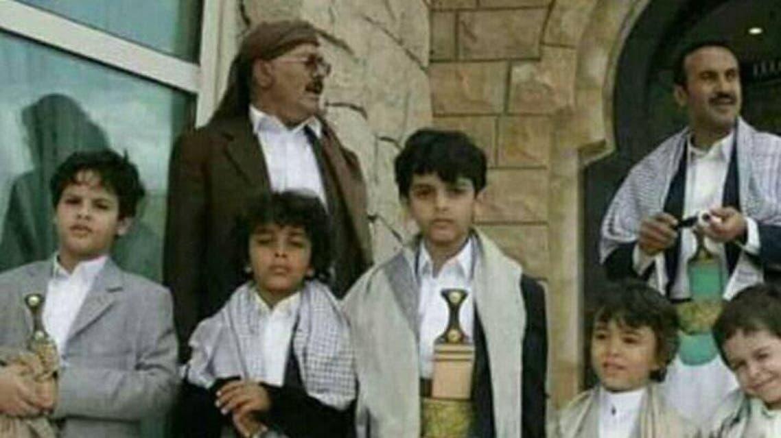 صالح من نجله أحمد وعدد من أحفاده