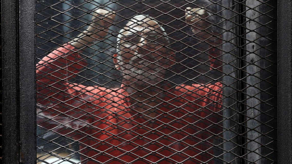 Muslim Brotherhood leader Mohamed Badie shouts solgans behind bars during trial at a court in Cairo on May 31, 2016. (Reuters)