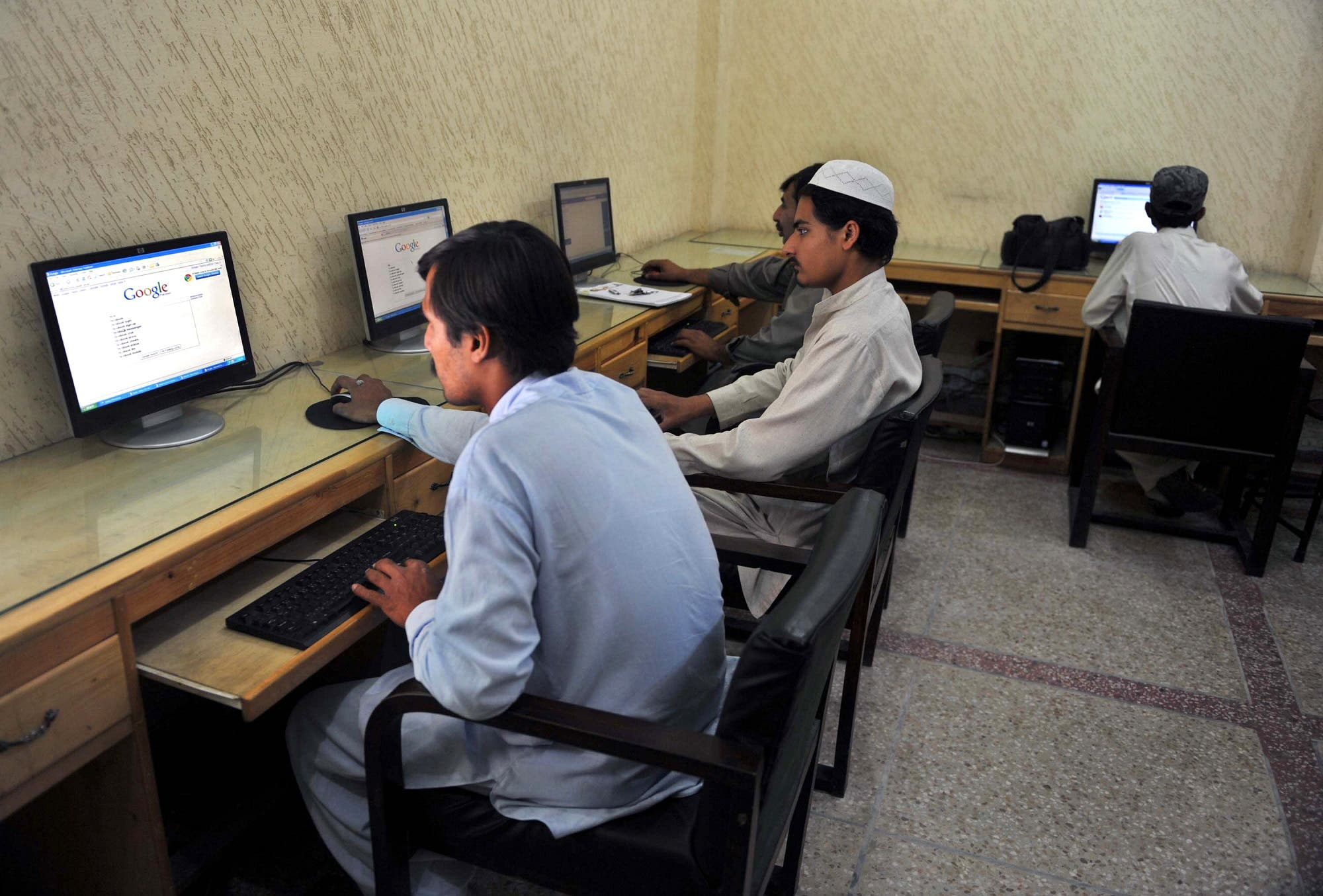 Pakistani journalists browse the internet in Peshawar on May 31, 2010. (AFP)