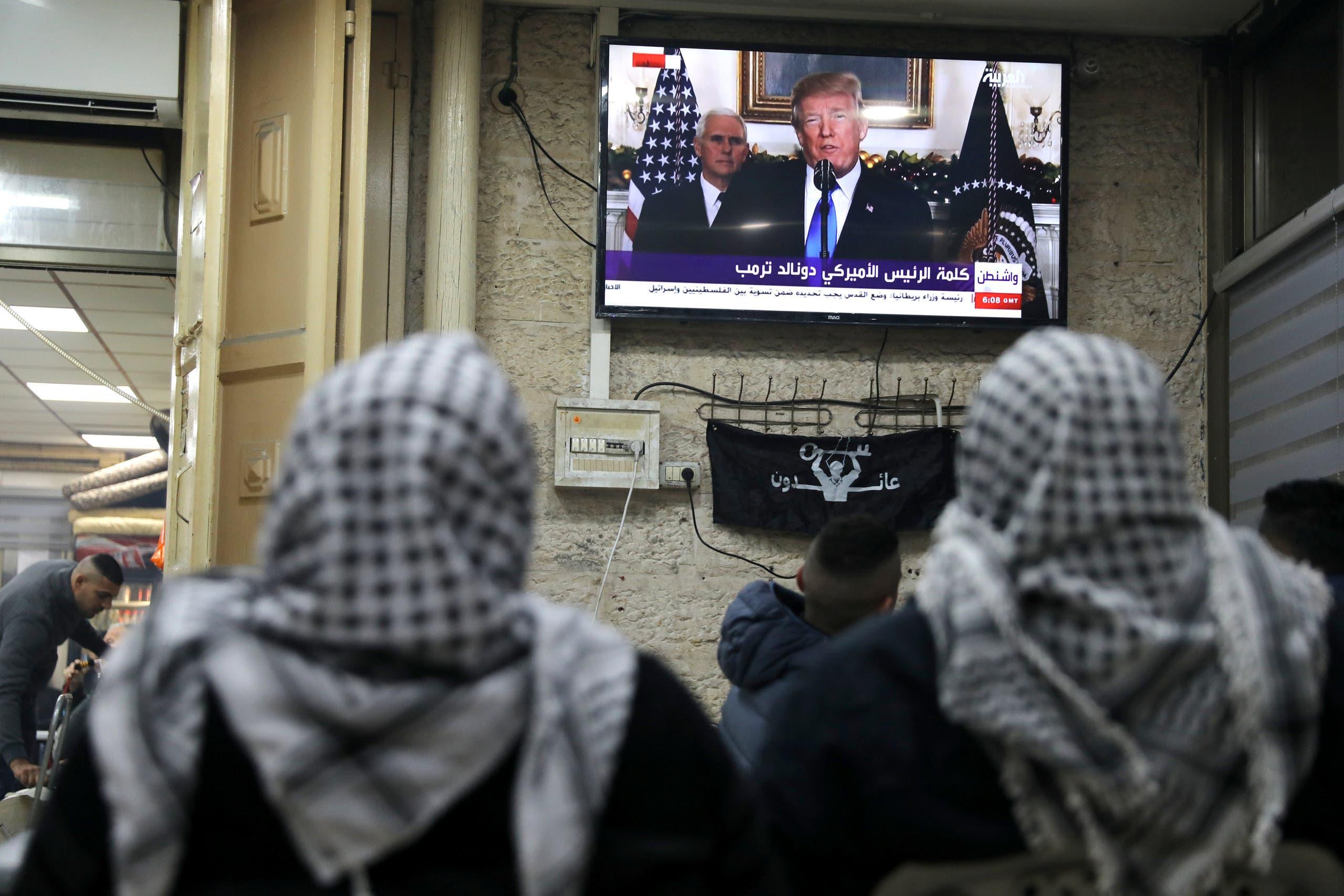 فلسطينوين يشاهدون كلمة ترمب على العربية