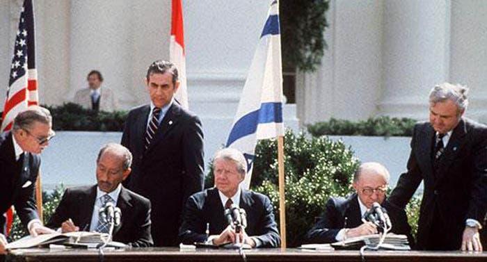 أثناء توقيع معاهدة كامب ديفيد