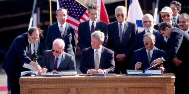 أثناء توقيع اتفاقية وادي عربة