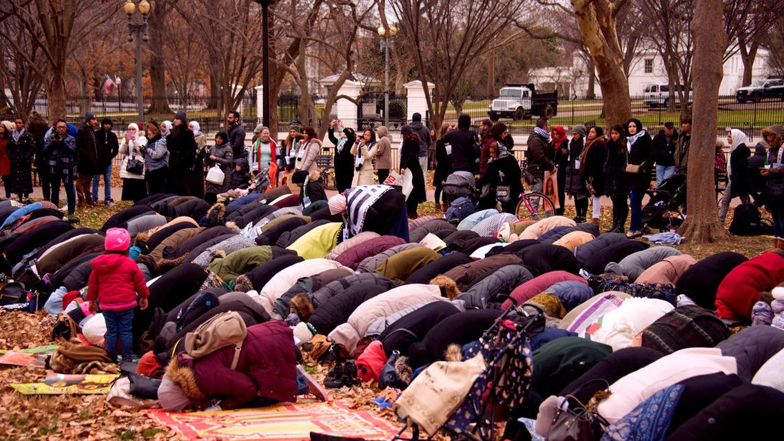 Responding to the call of American Muslim organizations, worshipers laid out their prayer mats at a park in front of the president's residence. AFP)