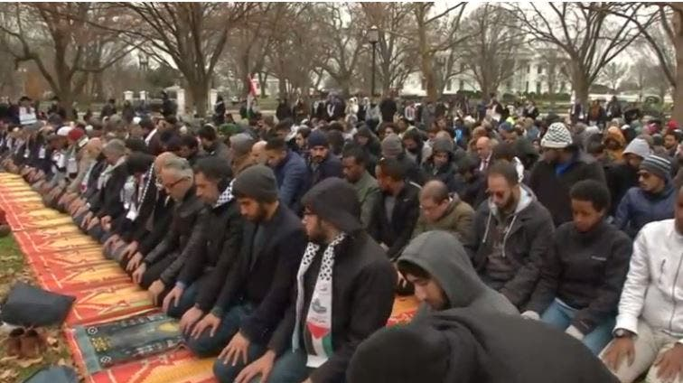 صلاة الجمعة أمام البيت الأبيض