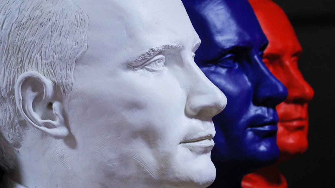 """A man looks at a painting depicting Russian president Vladimir Putin at the """"SUPERPUTIN"""" exhibition in UMAM museum in Moscow, Russia, December 6, 2017. REUTERS/Maxim Shemetov"""