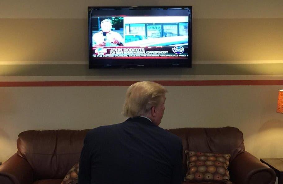 كان مرة في مطار مدينة لاكونيا، بولاية نيوهامبشير الأميركية، ينتظر تجهيز طائرته، فلم يستطع صبرا على التجهيز، فأدخلوه الى غرفة مع تلفزيون ليتابع فيه الأخبار، حتى أصبحت الطائرة جاهزة