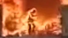 انظر إلى صيني يضحي بحياته وسط النار لينقذ هاتفه الجوال