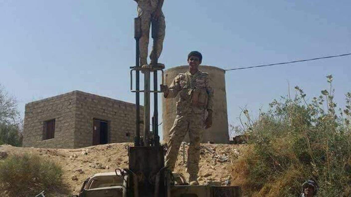جندي يرفع علم اليمن بعد تحرير مركز مديرية بيحان
