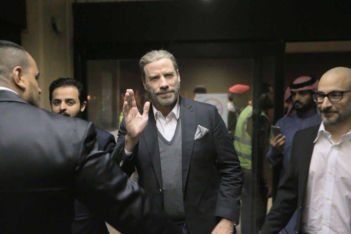 ترافولتا عند وصوله إلى المطار في الرياض