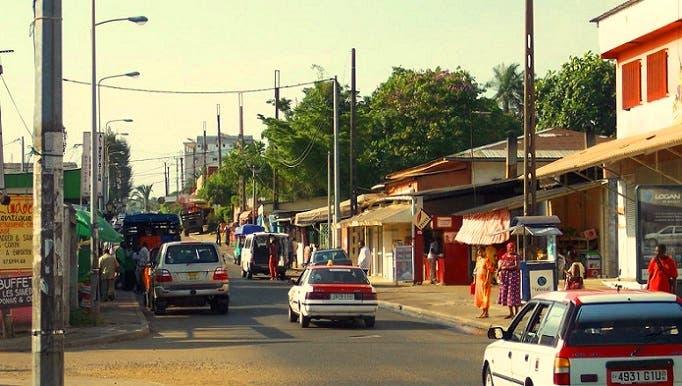 قرية الحرف اليدوية، حيث يقع السوق، مسرح الطعن المزدوج