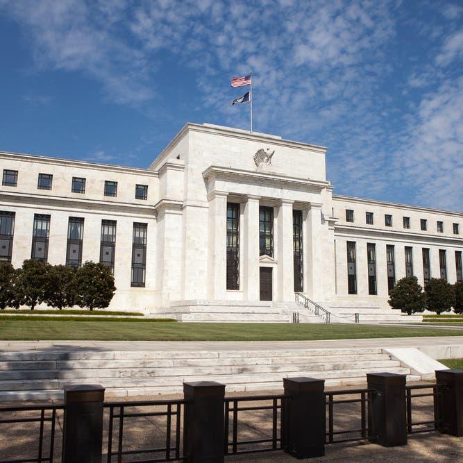الفيدرالي الأميركي يرفع توقعاته للنمو لـ 6.5% والتضخم إلى 2.4% العام الجاري