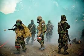 قوات عسكرية ترتدي ستارات وأقنعة واقية من الأسلحة الكيميائية والبيولوجية