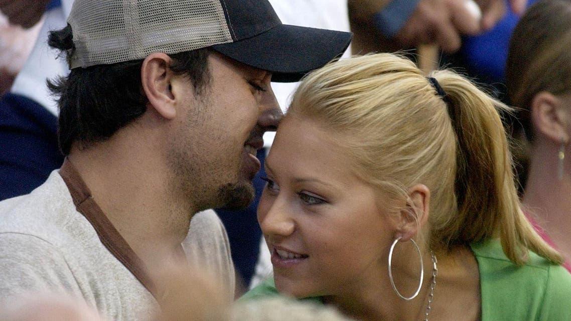 Singer Enrique Iglesias and Anna Kournikova attend a tennis match in 2003. (AP)