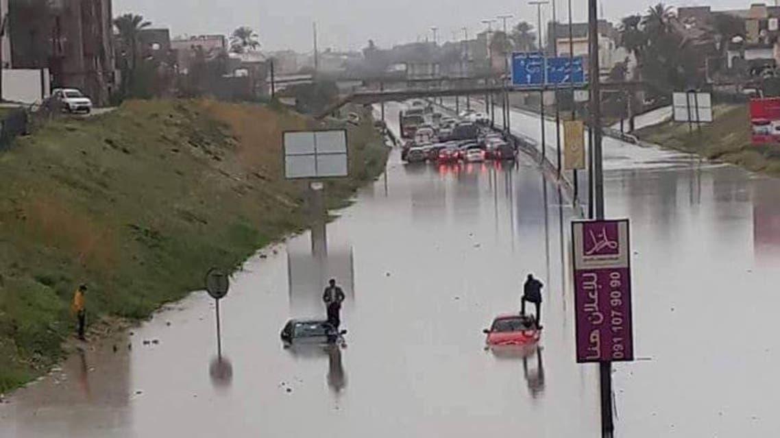 أمطار غزيرة تغلق المدارس وتعطل الطرق غرب ليبيا