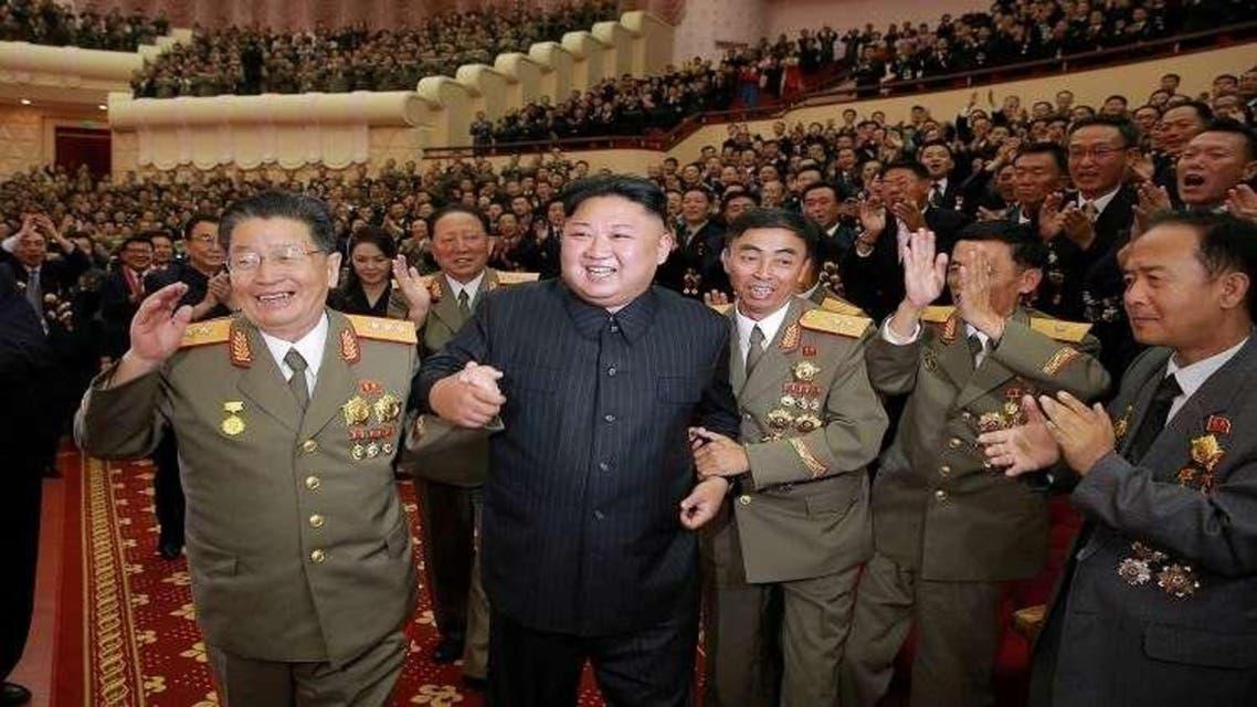 كيم يونغ أون وإلى يمينه ثاني أقوى رجل في كوريا الشمالية