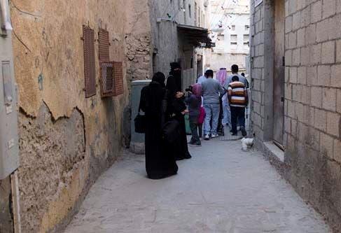 صورة من حي المسورة وكر الإرهابيين قبل الإزالة