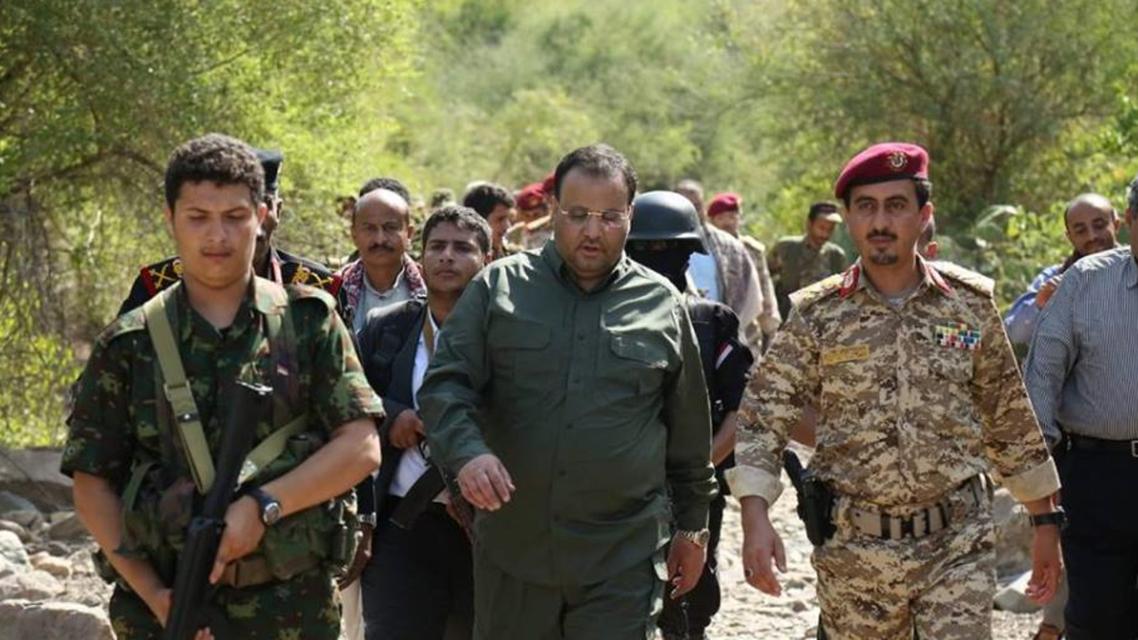 يوسف المداني الذي عينه الحوثيين قائد المنطقة العسكرية الخامسة بجانب رئيس مجلس الانقلاب