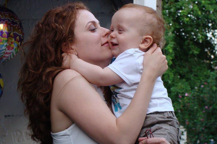 الأم مع ابنها القتيل