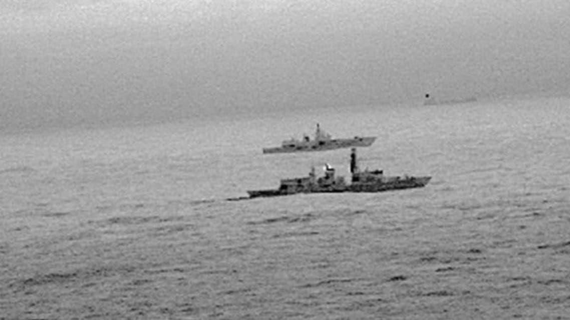 صور التقطتها كاميرا تعمل بالأشعة تحت الحمراء تبين الفرقاطة إتش.إم.إس سانت ألبانز التابعة للبحرية الملكية البريطانية ترافق السفينة الحربية الروسية الأميرال جورشكوف لدى مرورها في بحر الشمال