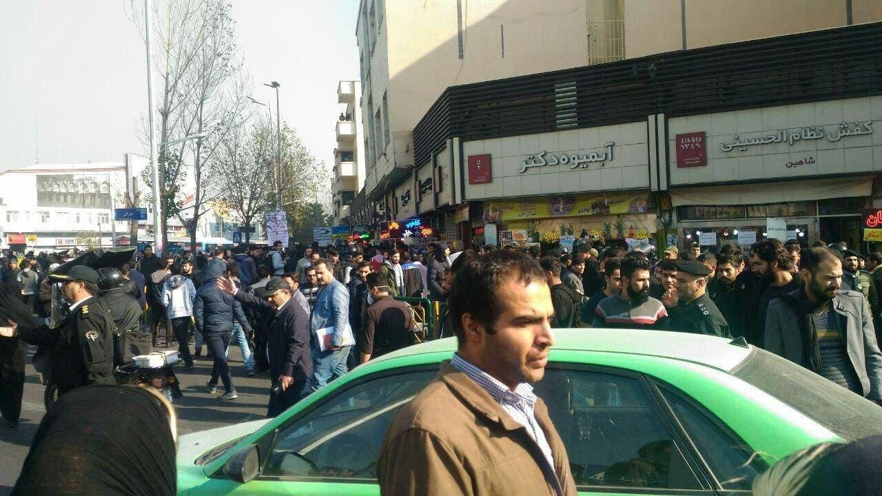 الشعب الإيراني يواصل الانتفاضة.. والنظام يهدد: