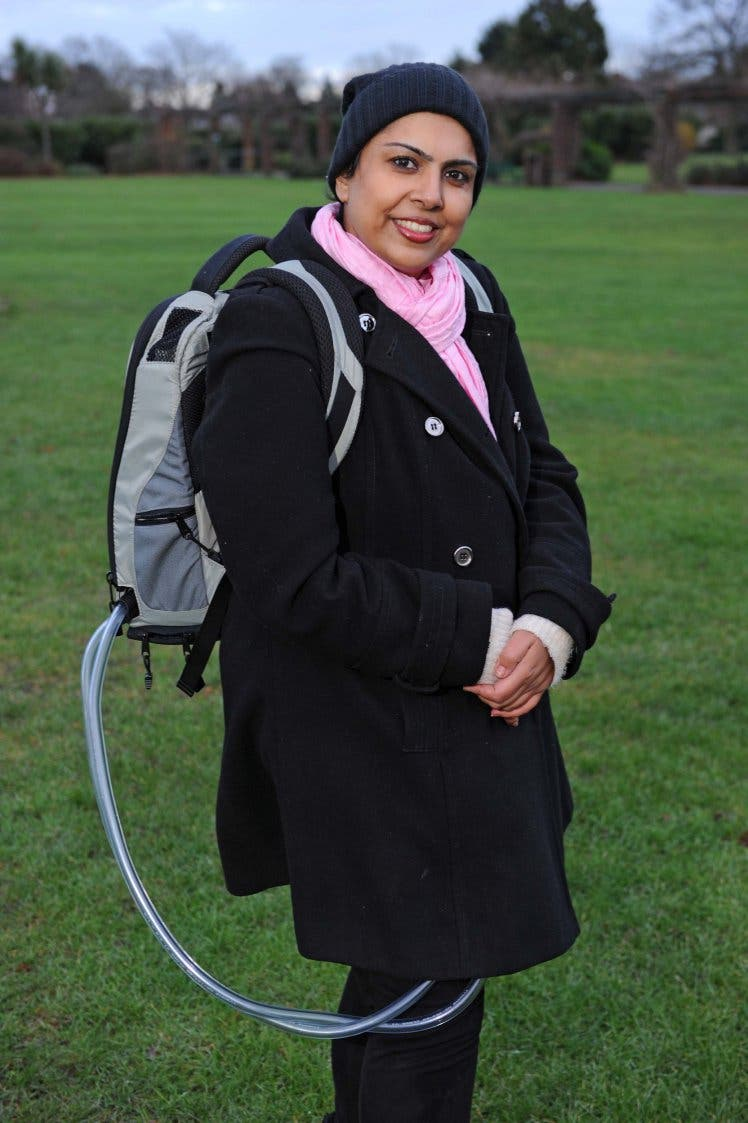سلوى حسين تحمل حقيبتها وقلبها الاصطناعي