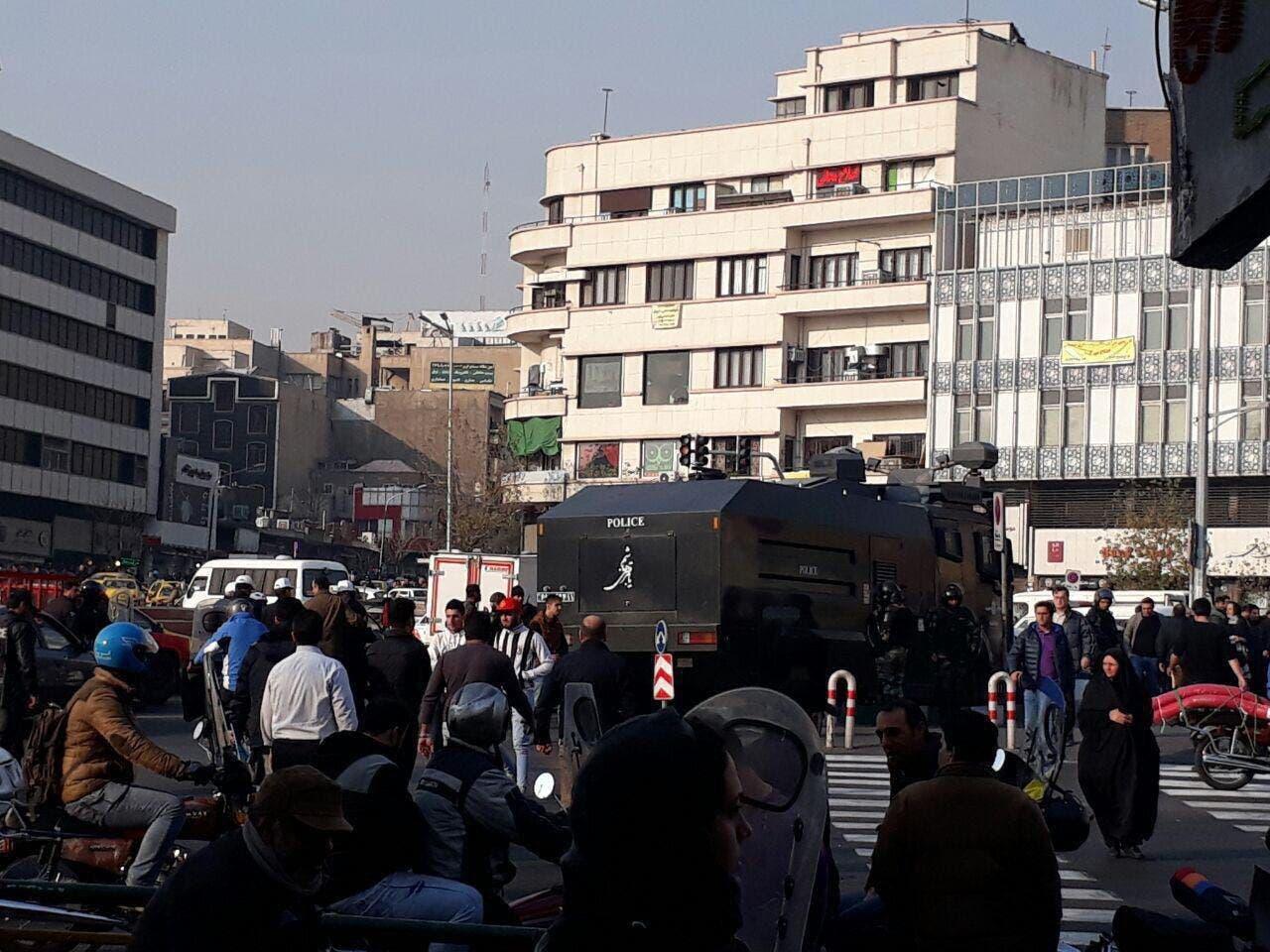 استقرار نیروی ضد شورش و ماشینهای آبپاش در میدان انقلاب تهران