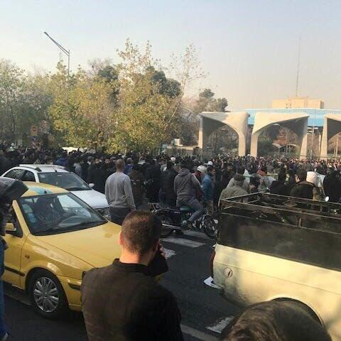 """سادس أيام احتجاجات إيران.. سجن """"إيفين"""" امتلأ بالمعتقلين"""