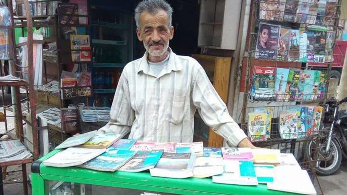 غريب الشيخ أمام مكتبته
