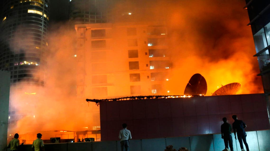 People watch as a huge fire engulfs a rooftop restaurant in Mumbai, India, on Dec. 29, 2017. (File photo: AP)