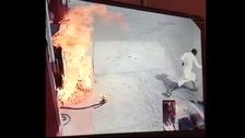 شاهد.. رجل يتعمّد إشعال النار في محطة بنزين بمكة