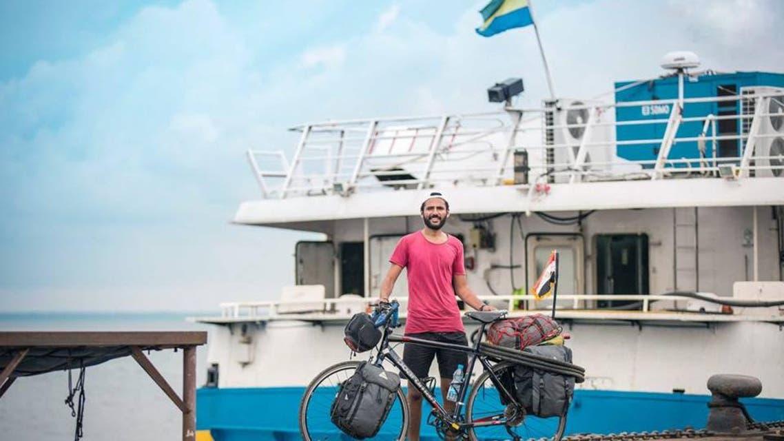من أجل المونديال.. مصري يتوجه إلى روسيا على متن دراجة