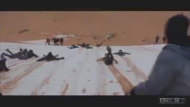 مشهد نادر.. أطفال يتزلجون على الثلج في صحراء الجزائر
