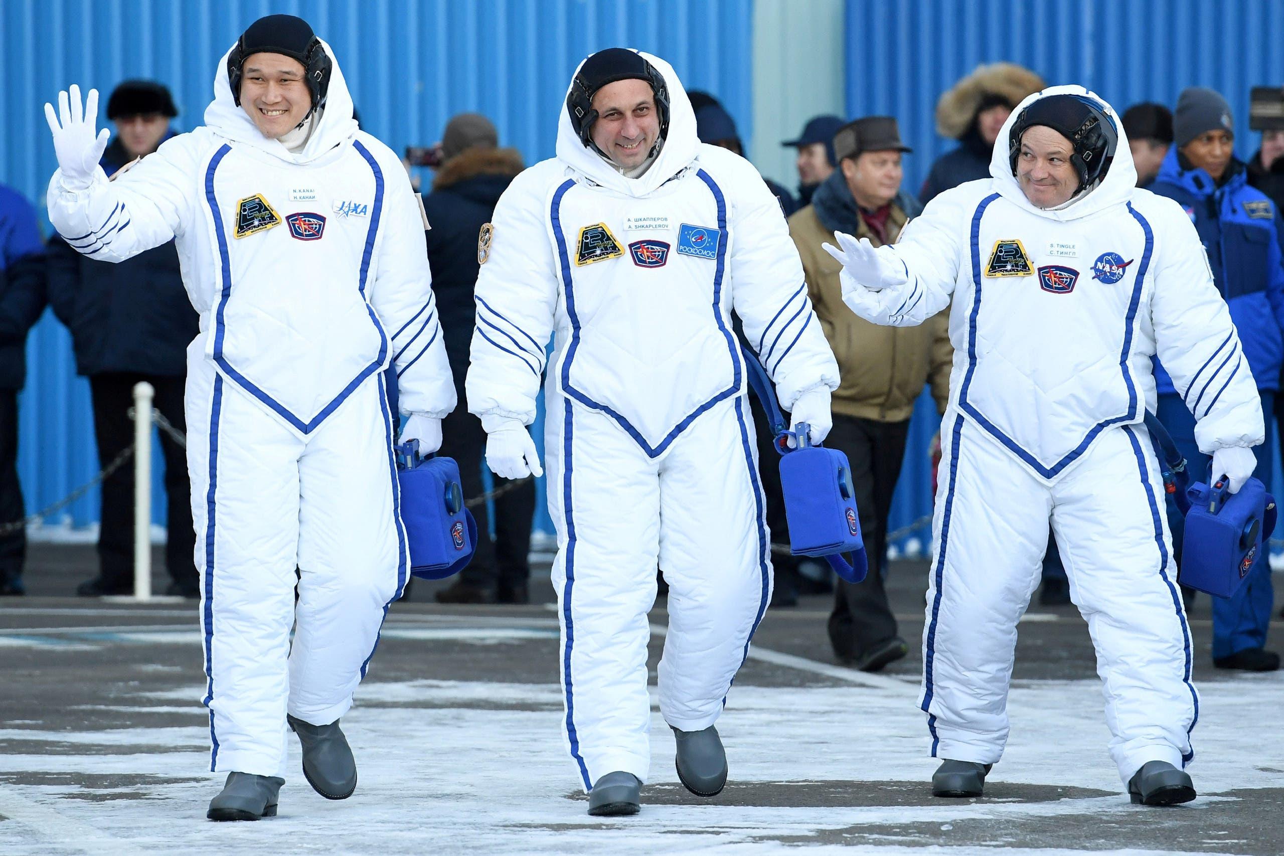 الرائد الياباني مع زملائه قبل انطلاقهم للفضاء في ديسمبر الماضي