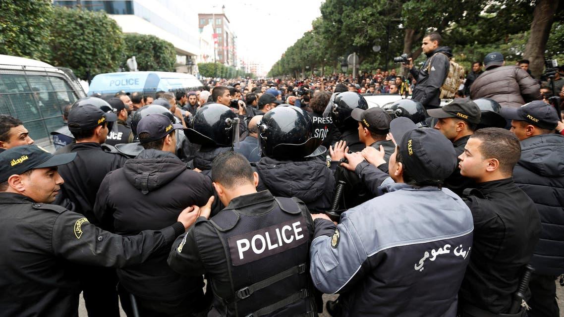 محتجون  تونسيون يشتبكون مع شرطة مكافحة الشغب خلال مظاهرات احتجاجا على ارتفاع الأسعار وزيادة الضرائب في تونس العاصمة يوم التاسع من يناير كانون الثاني