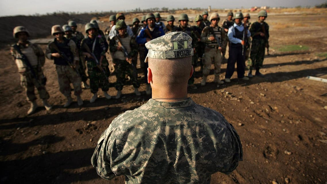 Command Sergeant Major John Troxell speaks to Iraqi soldiers on a training exercise with US troops at a US military base in Diyala on March 14, 2008. (AFP)