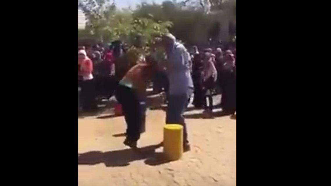 """رئيس جامعة سودانية """"مدافع عن المرأة"""" يضرب طالبتين"""