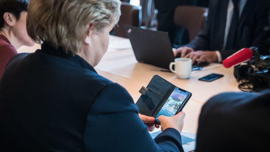 رئيسة وزراء النرويج تلعب بوكيمون