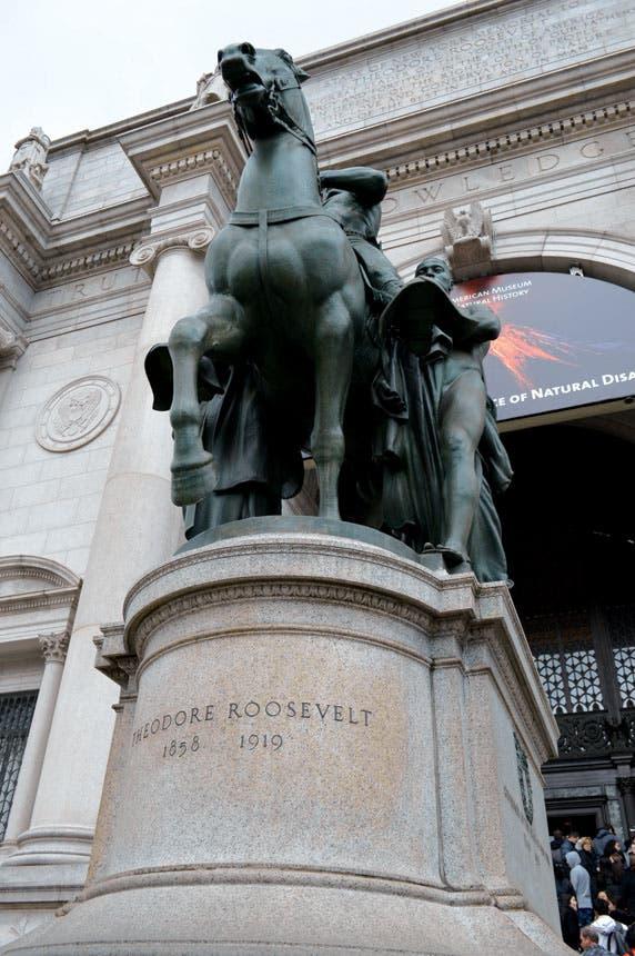 يستقبلك عند مدخل المتحف نصب تذكاري للرئيس الأمريكي روزفلت