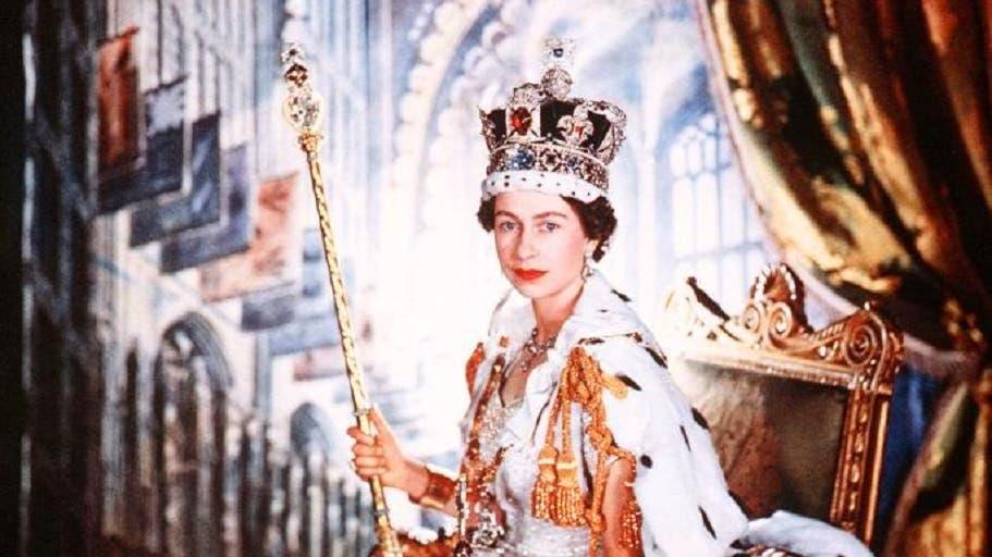 يوم التتويج، حيث الفستان الحرير مطرز بخيوط من ذهب وفضة، والتاج مرصع بما ندر
