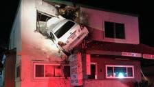 أغرب فيديو..سيارة تحلق مثل طائرة وتتدلى من نافذة