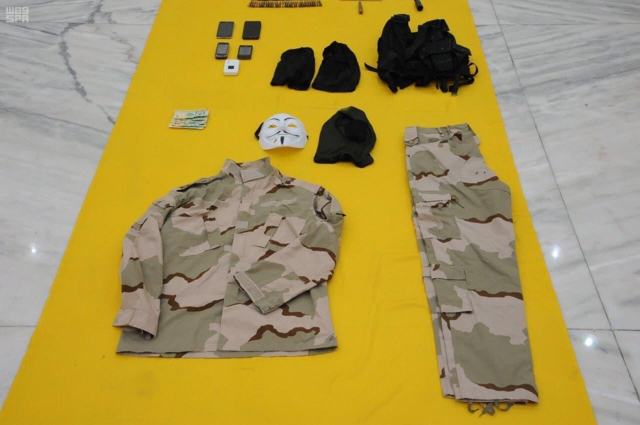 ملابس عسكرية كان يستخدمها للتمويه