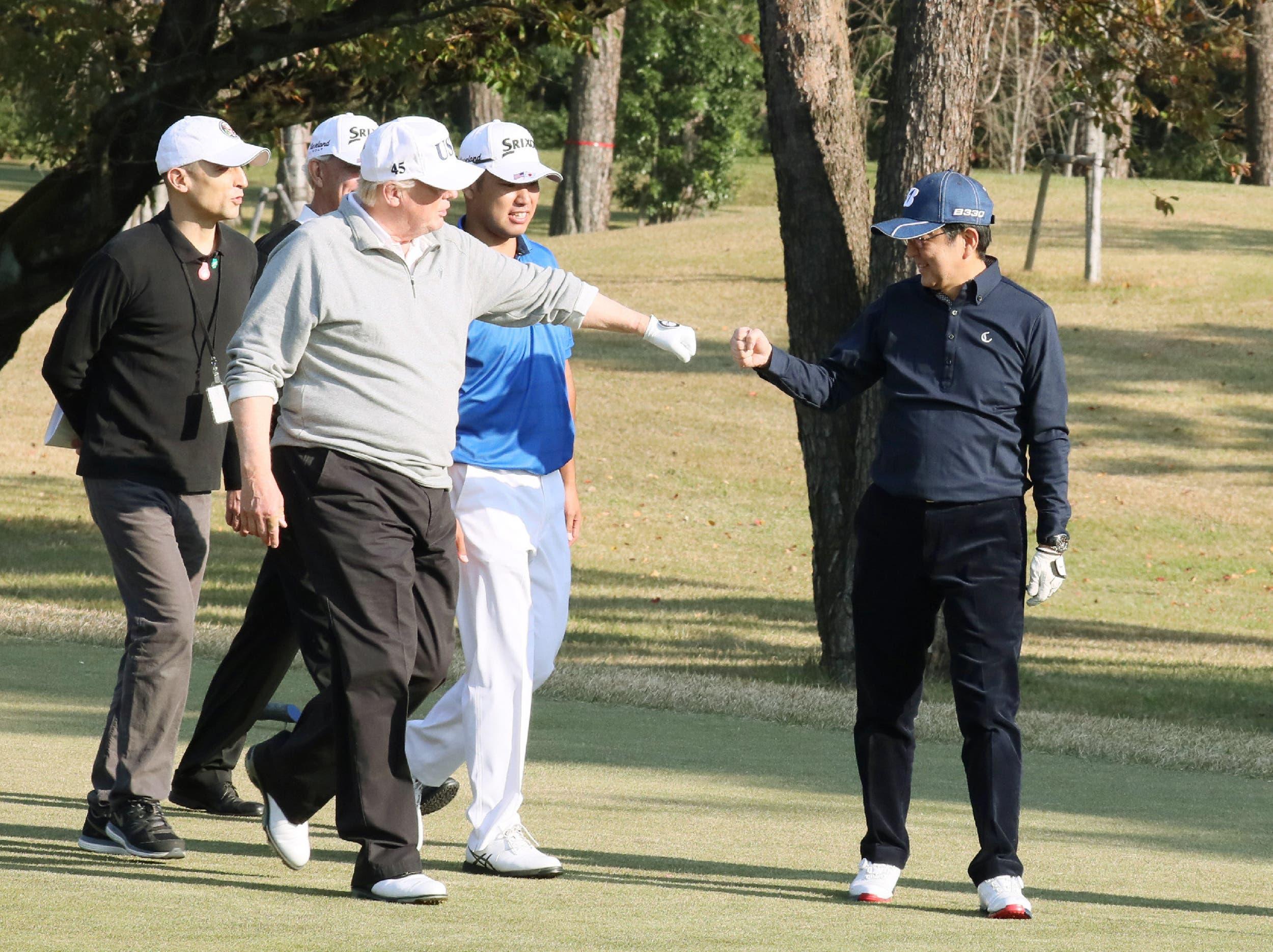 ترمب يلعب الغولف مع رئيس الوزراء الياباني