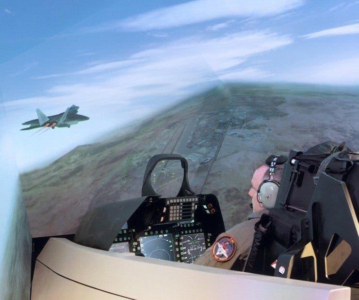 قمرة قيادة مزودة بشاشة أحادية اللون ولوحة مفاتيج للتحكم بتكنولوحيا أكثر تقدماً على متن طائرة عسكرية