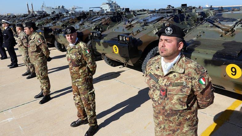 جنود إيطاليون في معسكر بليبيا لتسليم الجيش الوطني الليبي دبابات (أرشيفية)