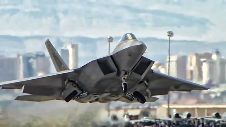 المقاتلة F-22  تحلق أسرع من الصوت مع حمولة كاملة من الذخيرة