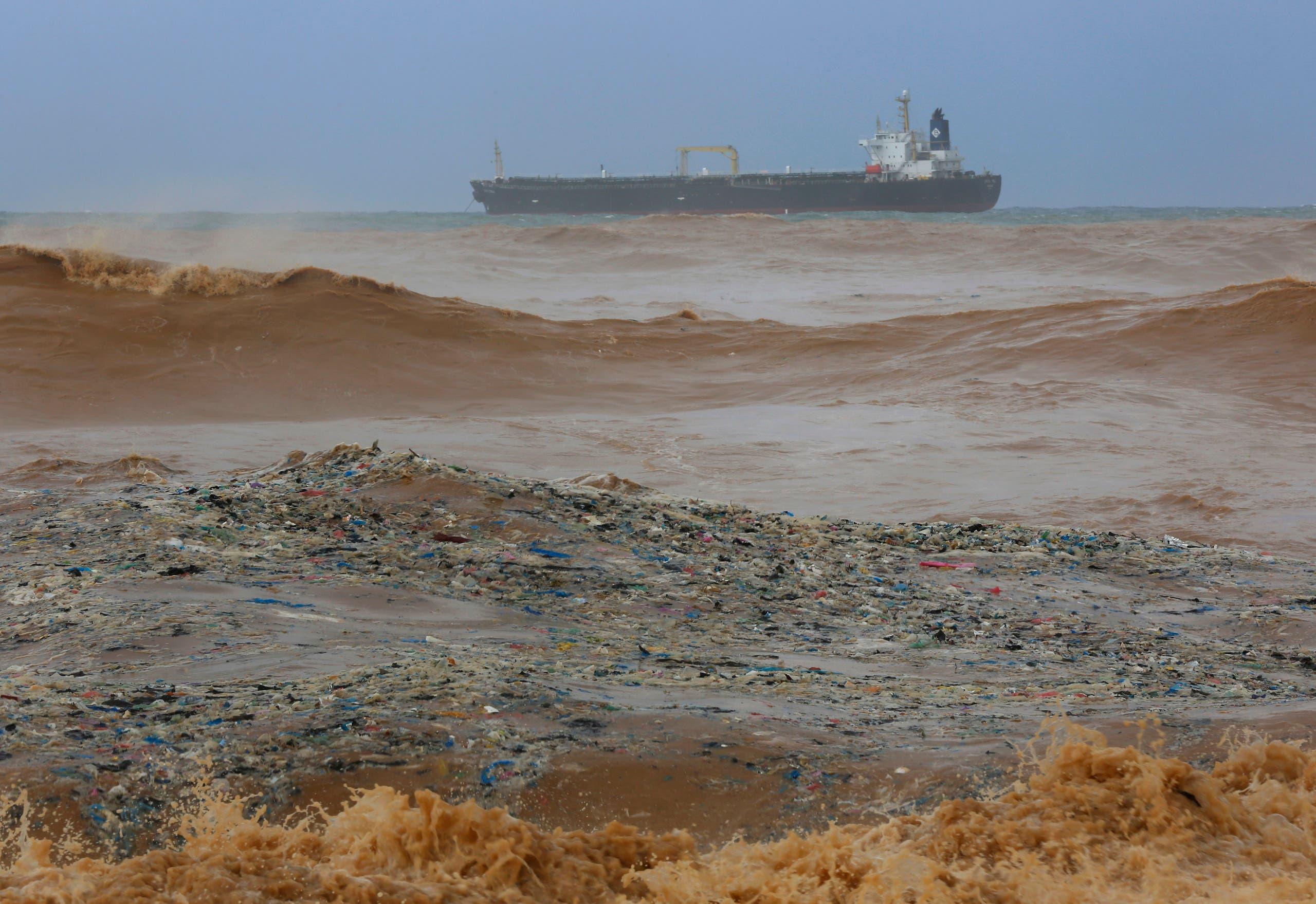 شاطئ الذوق المليء بالنفايات