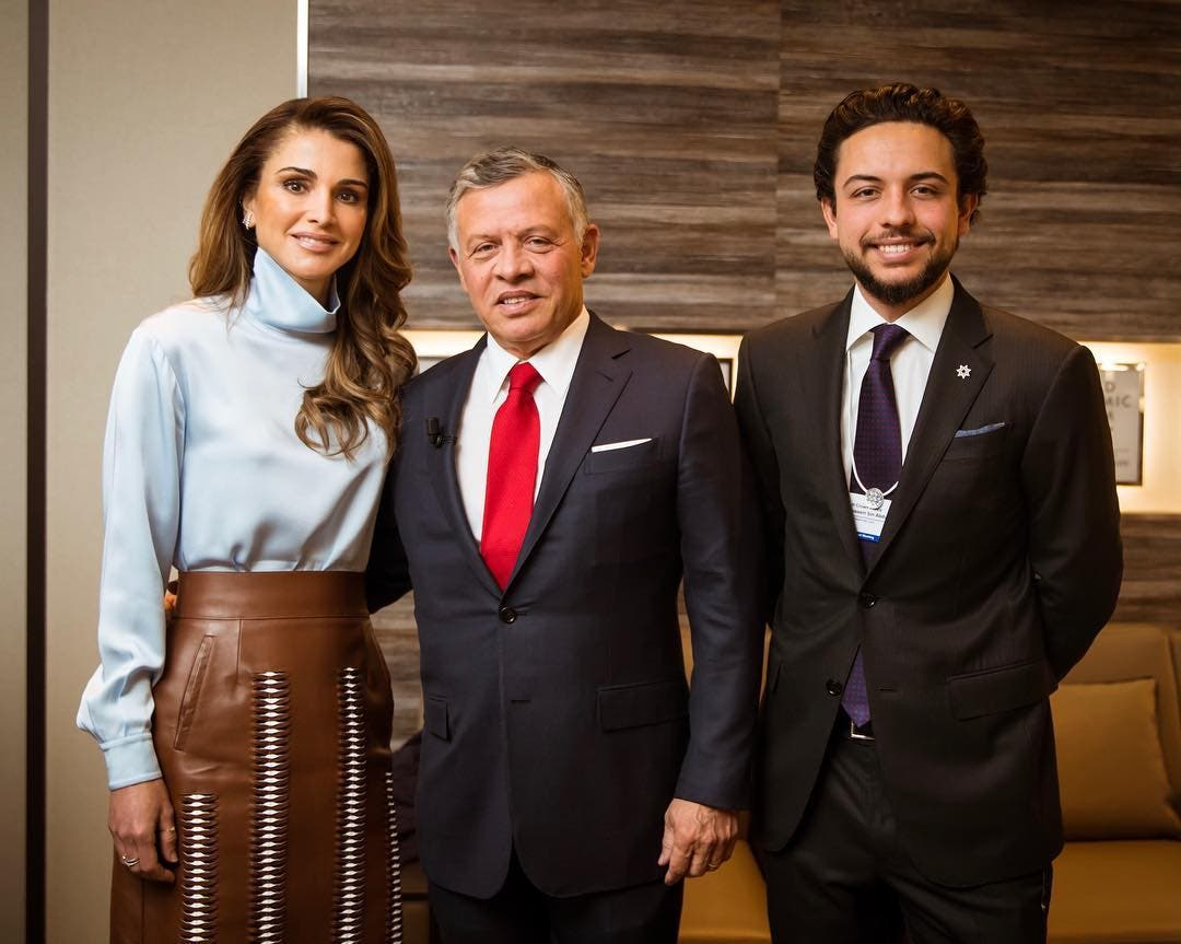 الملكة رانيا برفقة زوجها الملك عبدالله وابنها الأمير حسين