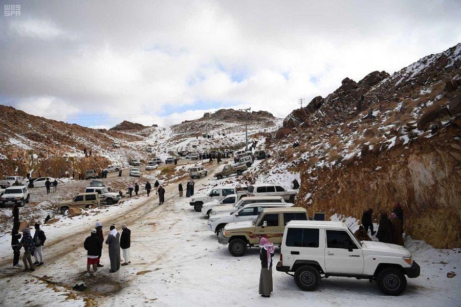 بالصور.. شباب ينقلون التزلج من الرمال للجبال بالسعودية