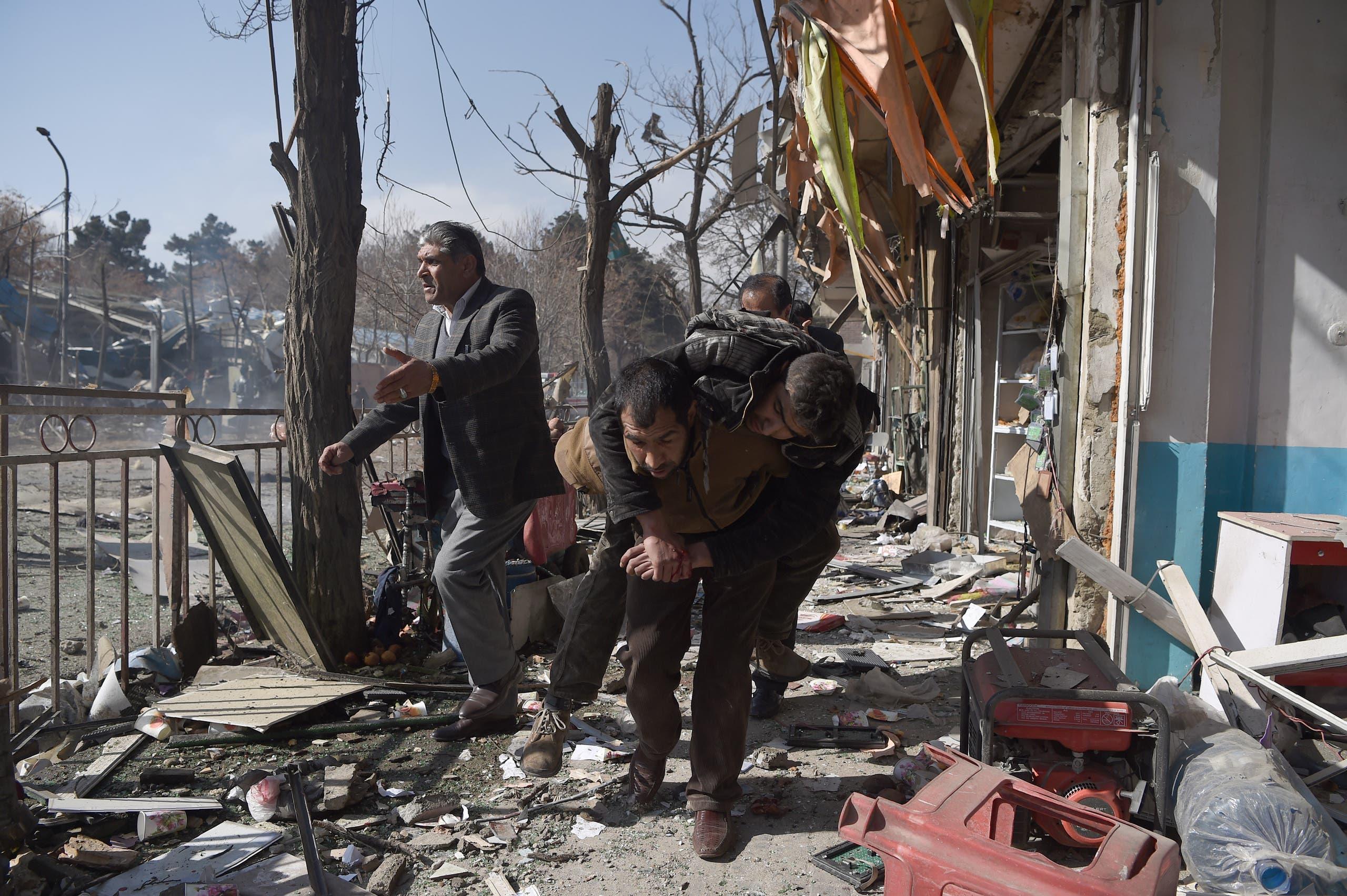 متطوعون أفغان ينقلون ضحايا من موقع الهجوم